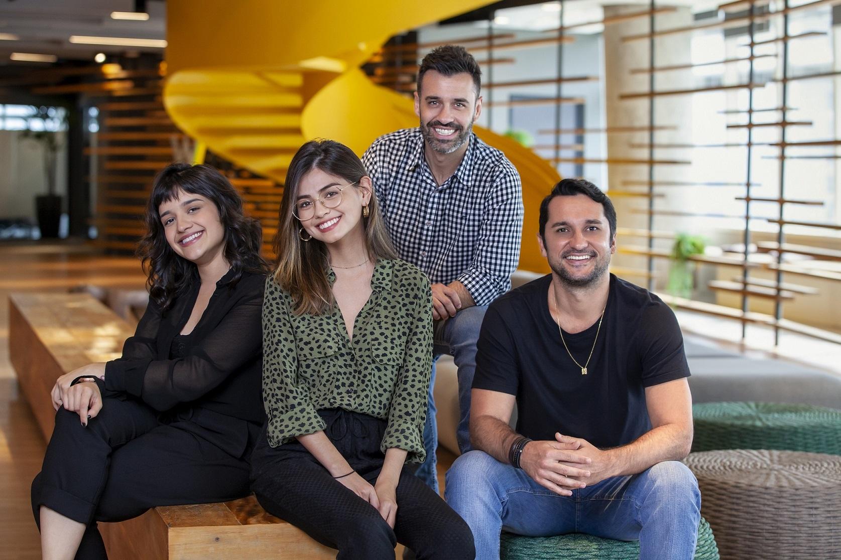 Quatro colaboradores da agência em foto do time, sendo duas mulheres e dois homens. São eles: Patrícia Kano, Diogo Dutra, Rhaissa Bueno e Chico Lucas