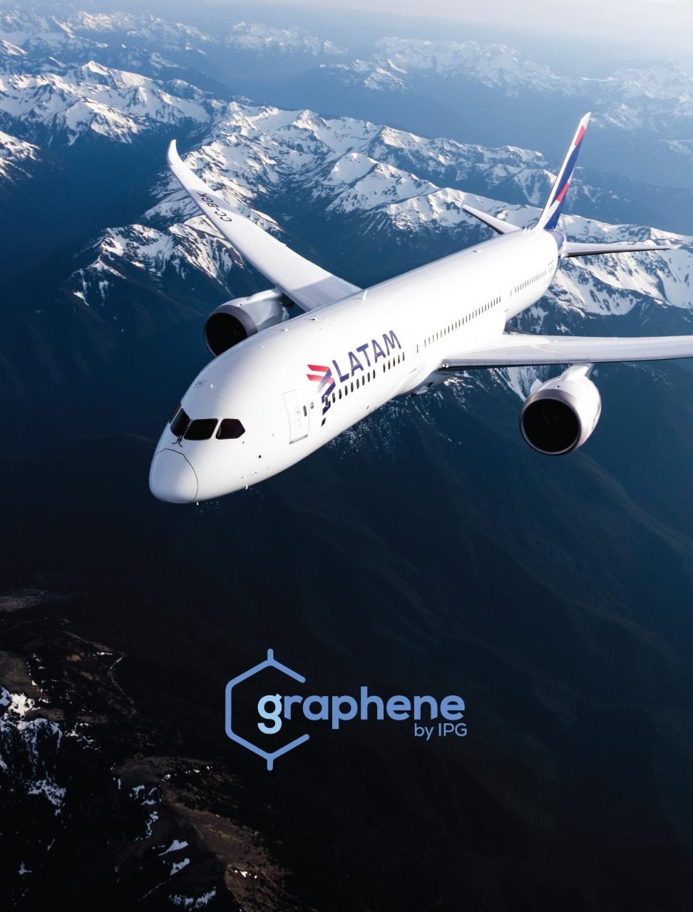 Imagem de um avião da Latam Airlines sobrevoando uma área com montanhas e o logo da Graphene abaixo