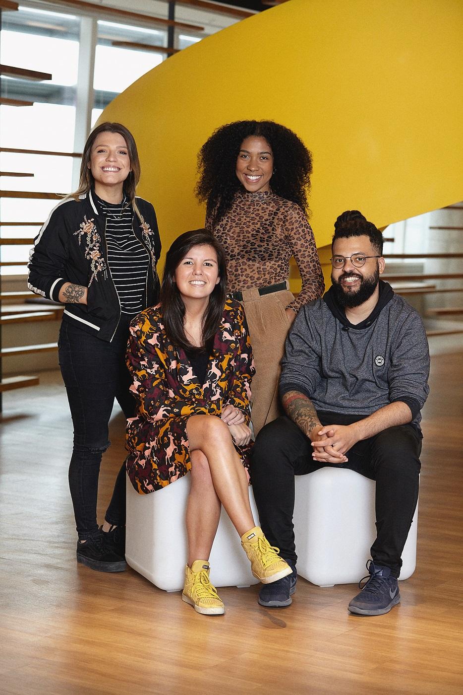 Quatro colaboradores da agência em foto do time, sendo três mulheres e um homem. São eles: Mellina Fontoura, Lilian Hara, Damaris Oliveira e Thiago Alves