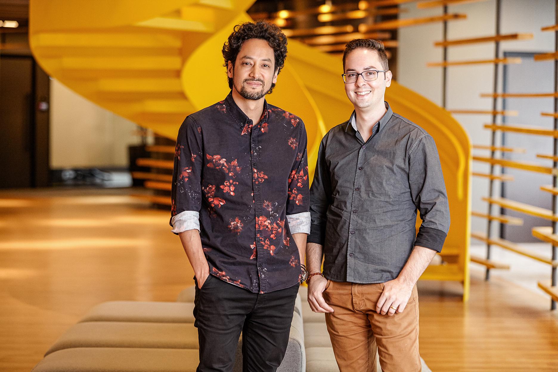 Kevin Zung ao lado esquerdo de Marcelo Soares na recepção da WMcCann.