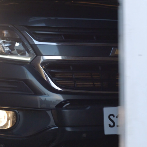 Na imagem, um Chevrolet estacionado na garagem